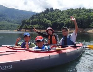 カヌーで漕ぎ出せば、決して車では行くことの出来ない 360度大自然の自分達だけの世界。